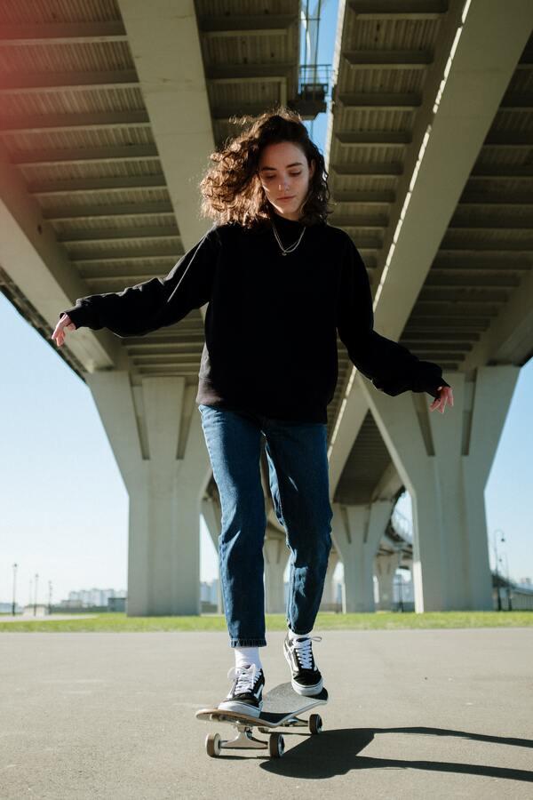 menina andando de skate