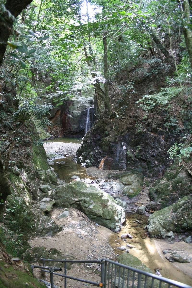 雨降りの滝