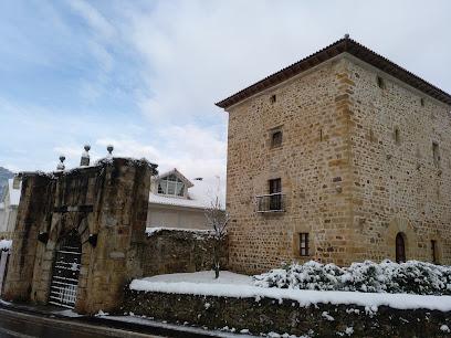 Casona de Espina con su torre y portalada