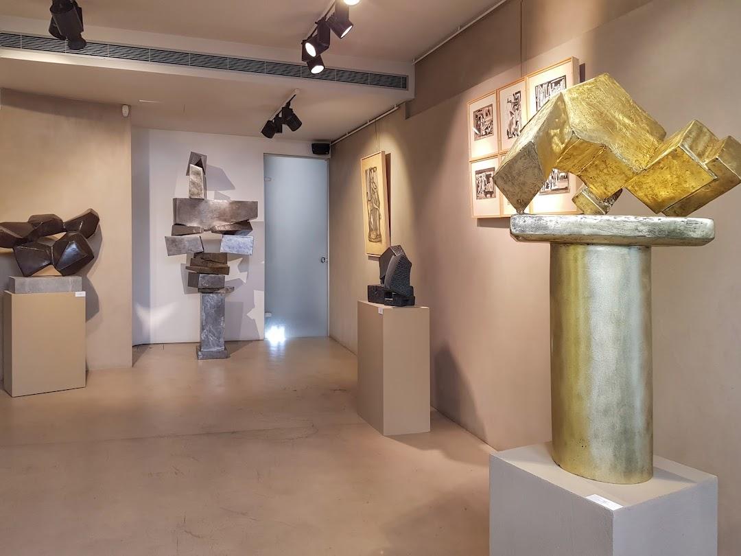 P gallery sculpture