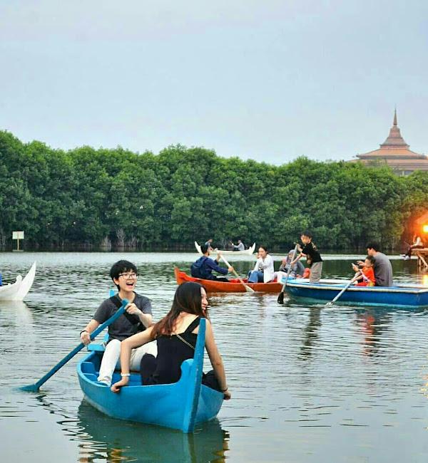 Salah satu aktivitas yang bisa dilakukan yaitu naik perahu sampan