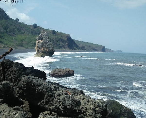 Wisata Pantai Watu Godheg