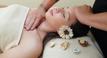 imagen de masajista Centro Levar : Reiki, Masaje, Aromaterapia, Osteopatía general y Pediátrica, Mindfulness, cursos, talleres y formación