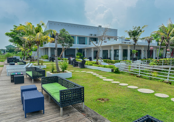 Seaside Villa & Muse Beach Resto