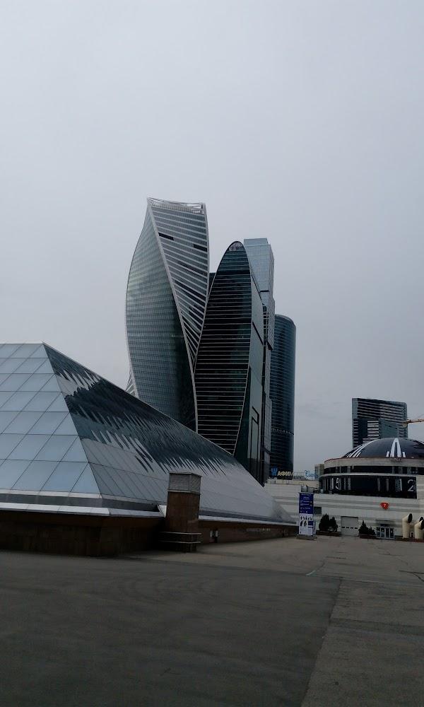 В районе небоскрёбов москва-сити, помимо головного офиса втб, находится несколько офисов крупных банков и множество банкоматов.