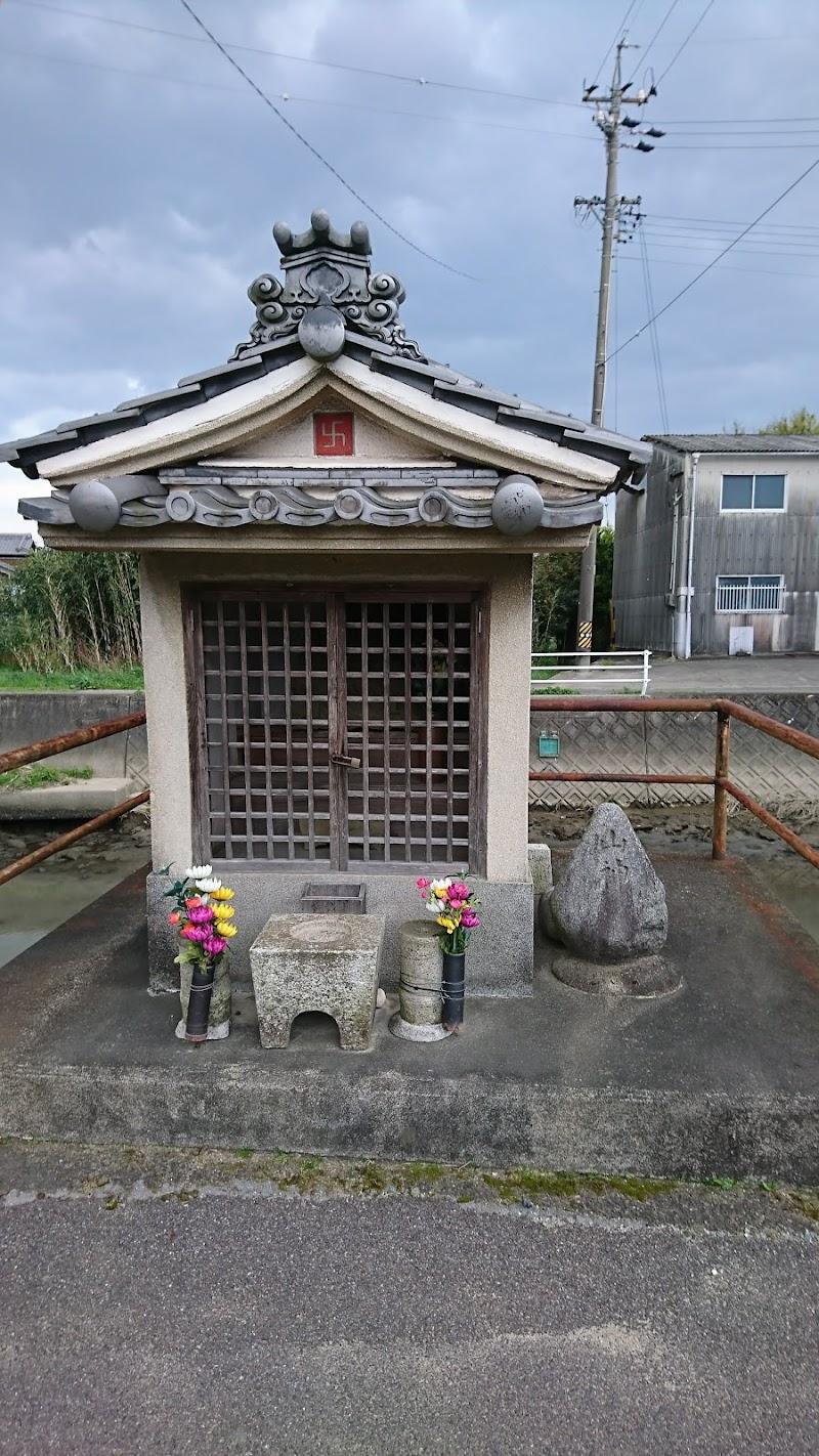 松崎橋西の行者堂