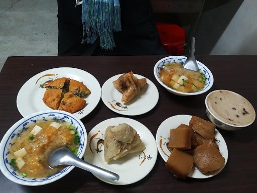 左鎮古早味秀娥阿嬷的店(粽子、碗粿、鹹粿和味增湯)
