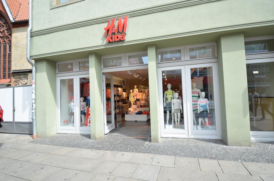 Und umkleide h m H&M: Bekleidungshändler