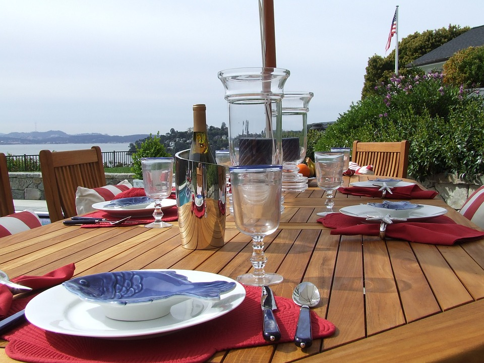 Image source: https://pixabay.com/en/outdoor-dining-luxury-table-setting-172644/