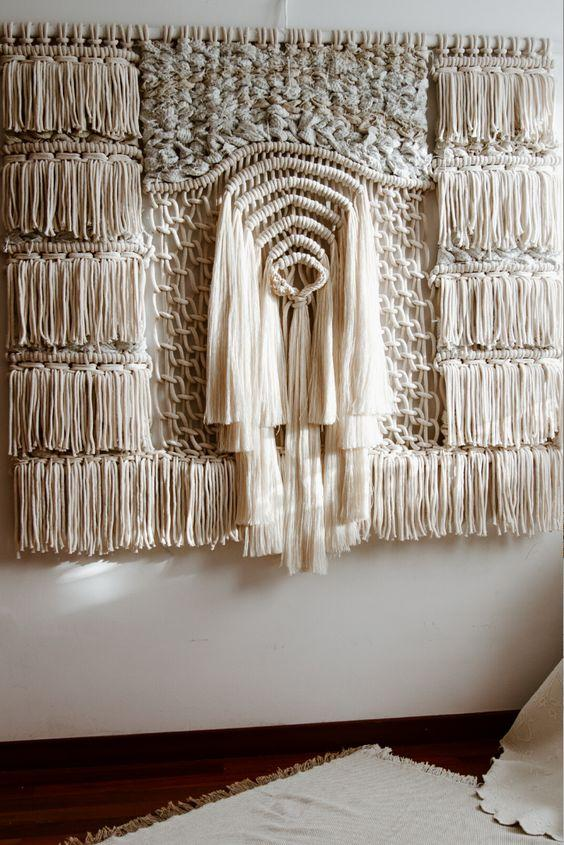Macramê em formato de escultura na parede.