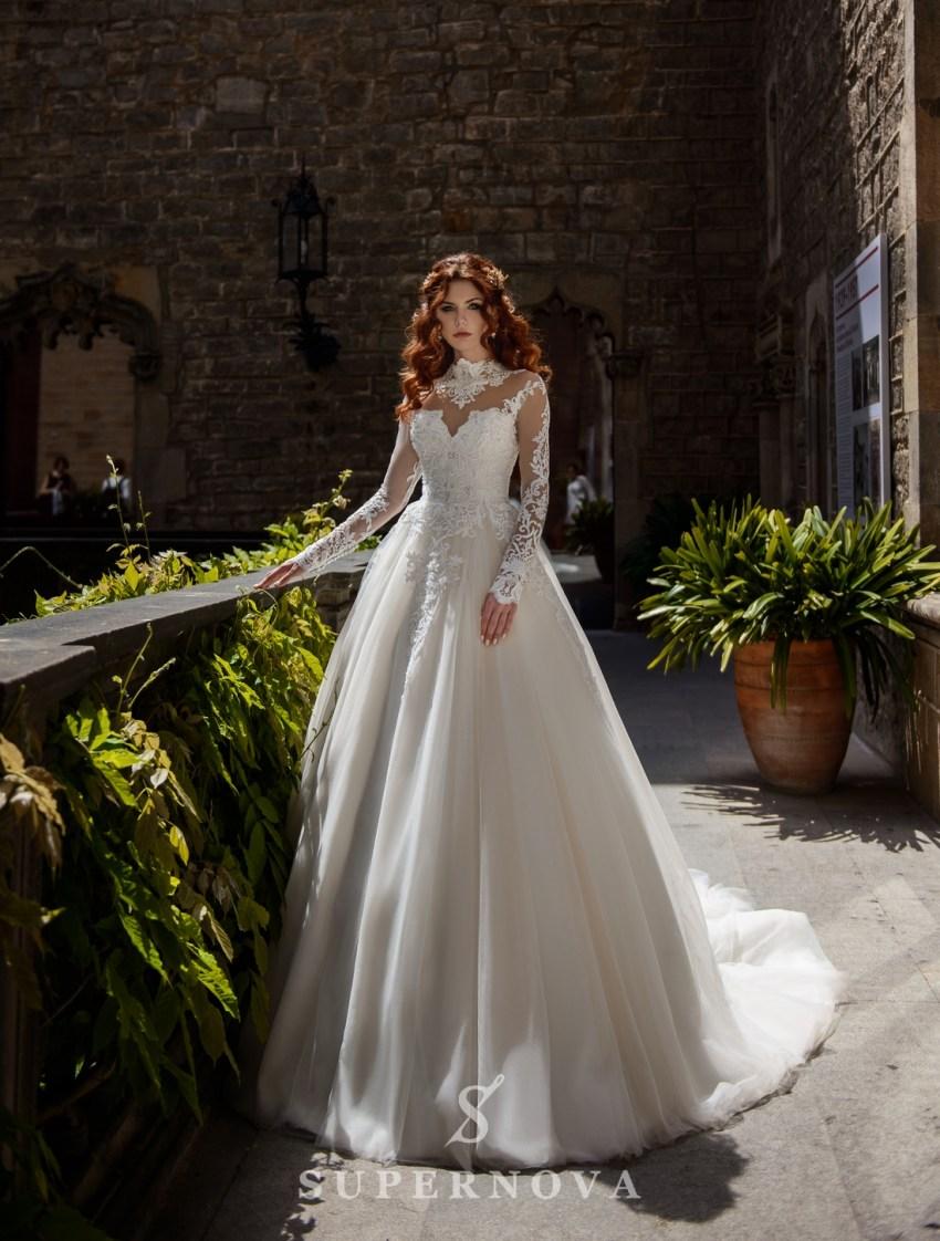 Пышное свадебное платье с расшитой горловиной