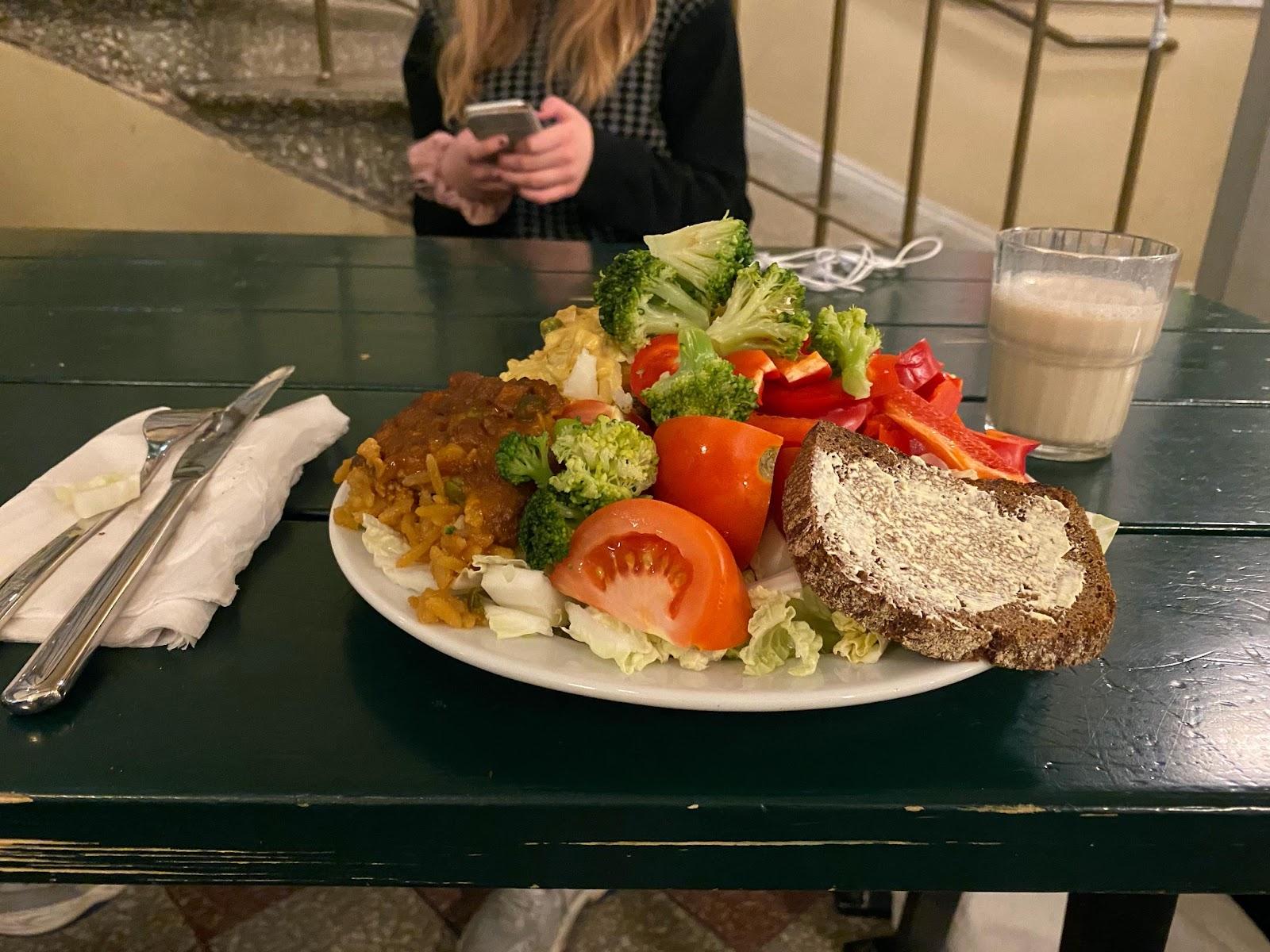 Kuva, joka sisältää kohteen henkilö, sisä, ruoka, astia  Kuvaus luotu automaattisesti