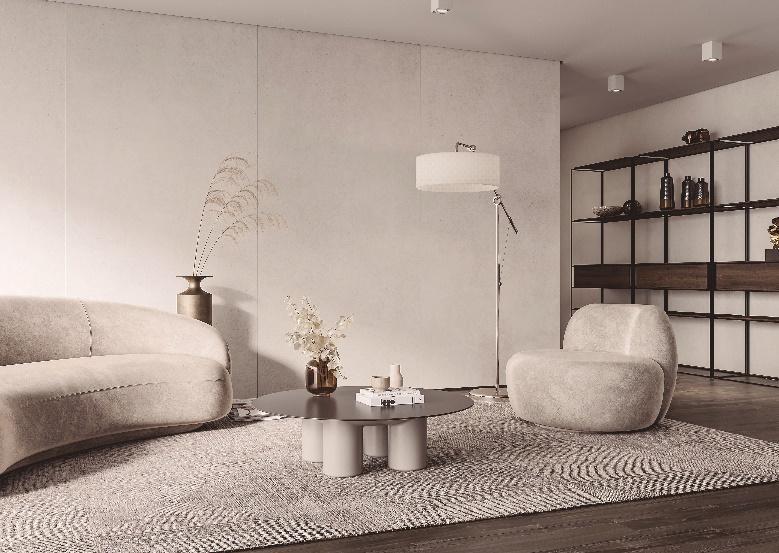 ambiente com sofá e poltrona branca, piso de madeira com tapete branco, mesinha de centro redonda, paredes brancas e  abajur branco.