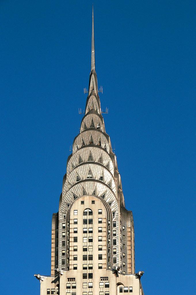 Bagian atas gedung berkonsep multi-arched berlapis nikel yang sesuai dengan representasi gaya desain Art Deco - source: flickr.com
