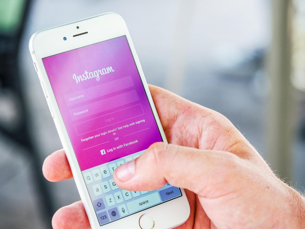 Osoba trzymająca telefon z otwartym Instagramem
