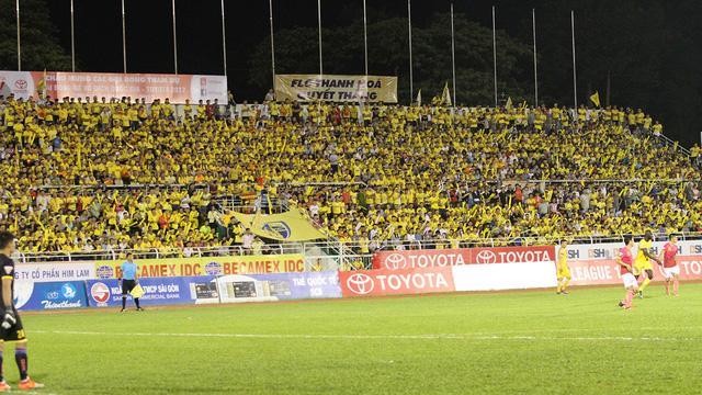 Sân Thống Nhất tối 10/9 đông khán giả không phải nhờ chủ nhà Sài Gòn FC, mà nhờ sự hiện diện của đội khách Thanh Hoá (ảnh: Trọng Vũ)