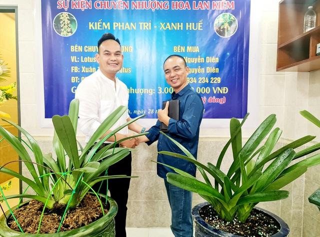 Anh Nguyễn Xuân Thắng, TP Vinh, Nghệ An (áo trắng) - chủ sở hữu 7 chậu lan kiếm Phan Trí và xanh Huế chuyển nhượng cho anh Nguyễn Diên, Nam Định.