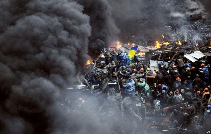 Дымовая завеса протестующих © rbc.ua