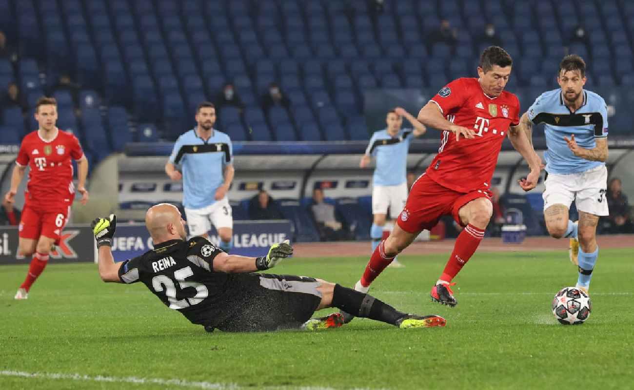 Alt: Robert Lewandowski takes the ball around Lazio keeper Pepe Reina - Photo by Alexander Hassenstein/Getty Images
