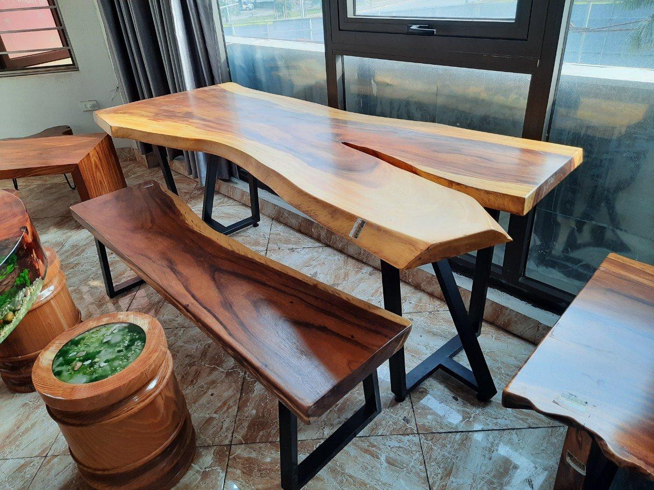 Bàn gỗ me tây được sử dụng ở nhiều không gian của ngôi nhà