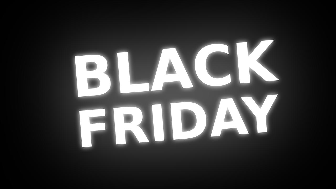 """Imagem de um fundo preto com as palavras """"black friday"""" escritas em letras luminosas"""