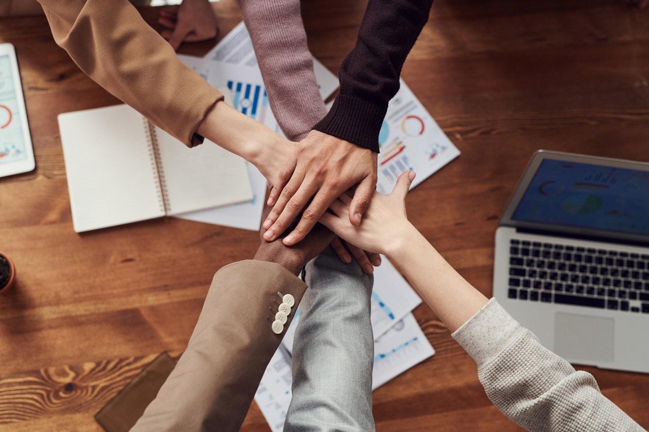 Mãos juntas representam o networking.