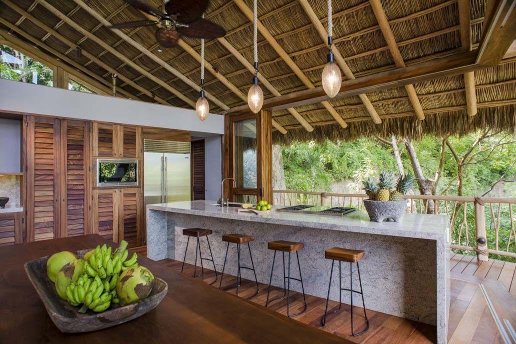 Balkon rumah tropical yang menghadirkan suasana liburan - source: pinterest.com