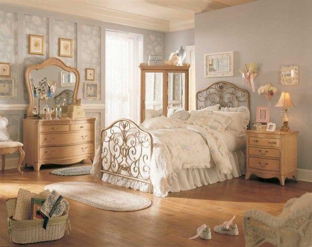 Phòng ngủ với đồ nội thất thiết kế đường nét uốn lượn của style vintage