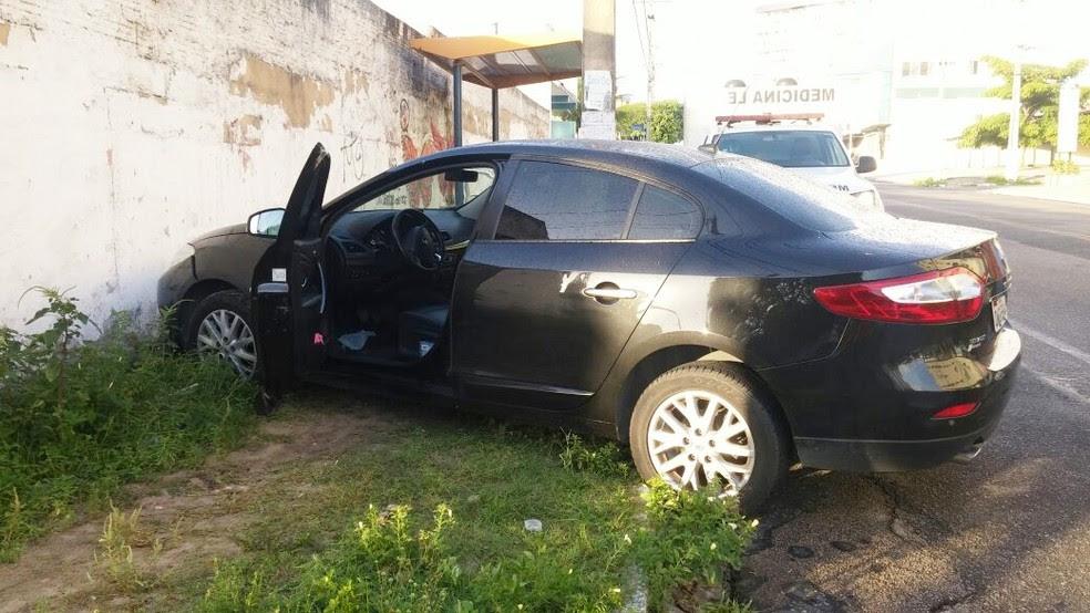 Carro da UFRN, que é preto e descaracterizado, por ter sido confundido com um veículo da polícia, segundo a PM (Foto: José Anchieta de Freitas)