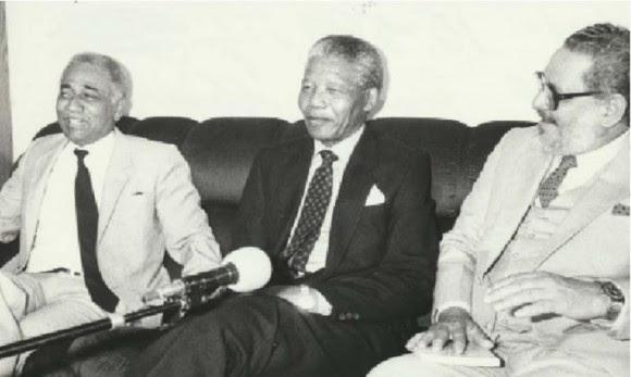 Juan Almeida Bosque, Nelson Mandela e Jorge Risquet na Namíbia.  Foto: Arnaldo Santos