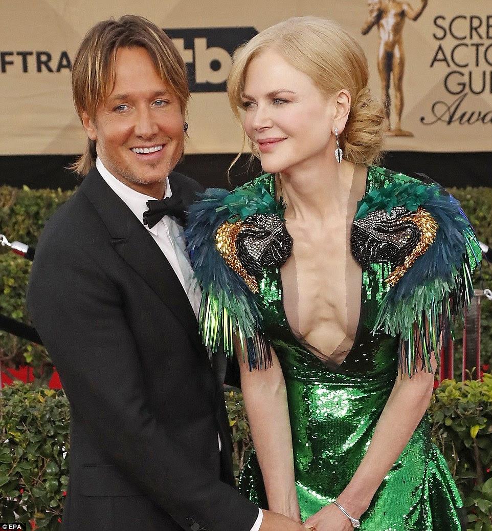 Exibindo: Nicole apareceu no tapete vermelho ao lado de seu marido, country cantor Keith Urban (à esquerda)