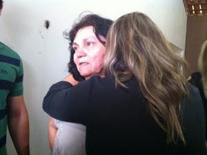 Mãe de Vanessa, Raimunda Medeiros, chora abraçada com a outra filha (Foto: Anderson Barbosa/G1)
