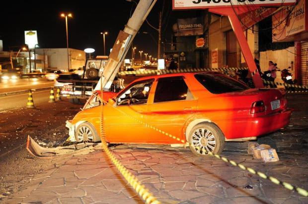 Veículo derruba poste na BR-116, em Canoas, e complica ainda mais o trânsito na Região Metropolitana Adriana Franciosi/Agencia RBS