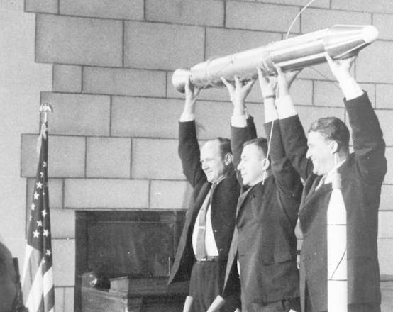 Da sinistra: il direttore del Jpl William Pickering, James Van Allen e Wernher von Braun con il modello dell'Explorer 1 (fonte: NASA)