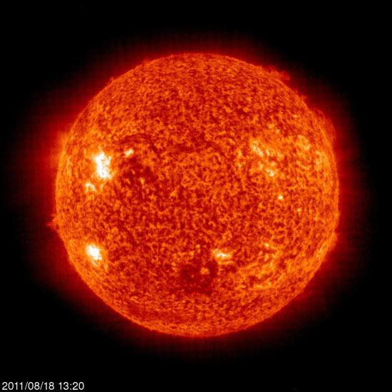 Erupções solares emergem do interior do Sol como fortes campos magnéticos e explodem em direção à superfície