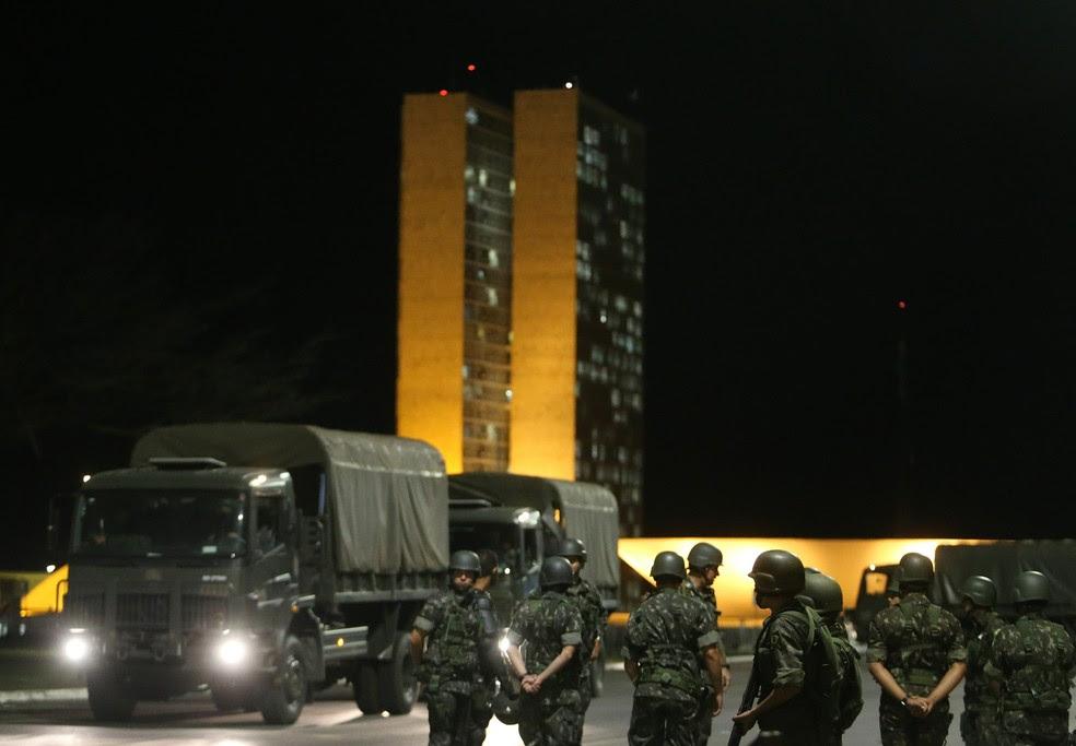 Resultado de imagem para Temer reúne ministros no Planalto para discutir se mantém Exército na Esplanada