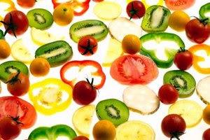 Las frutas y vegetales frescos contienen menos fructosa y glucosa que los alimentos procesados.
