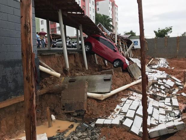 Um carro ficou suspenso entre o estacionamento e o chão. (Foto: André Luis Rosa/TV Vanguarda)