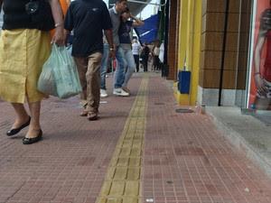 Somente um quarteirão na Rua Governador Pedro de Toledo possui sinalização em Piracicaba (Foto: Fernanda Zanetti/G1)