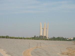 Veduta del lato nord della diga di Assuan con sullo sfondo il Memoriale dell'amicizia Egiziano-Sovietico