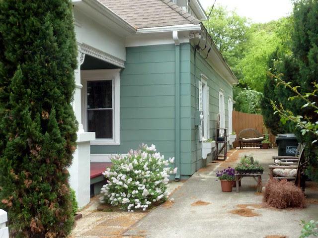 P1090892-2011-04-15-Hapeville-S-Funton-Ave-Maison-LaVigne-BnB-Sideyard-Windowbox