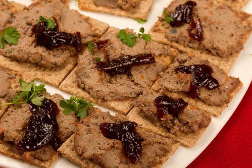 Rukkilaastud kanamaksapasteedi ja sibulamoosiga / Rye crisps with chicken liver paté and red onion marmalade