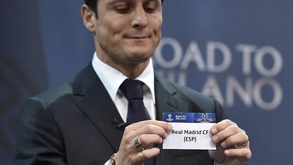 Zanetti luego de sacar la bolilla con el nombre del Real Madrid. (AFP)