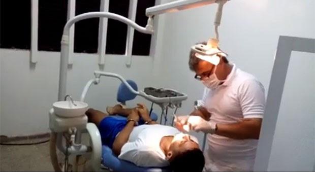 Imagem mostra o ex-médico Marcelo Caron atuando como dentista em uma sala usada como consultório em Alcaçuz, maior presídio do RN (Foto: G1/RN)