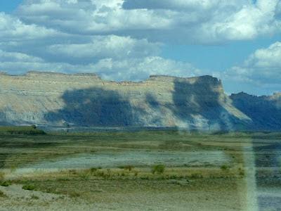 アメリカの大きい山に、雲影が写った写真