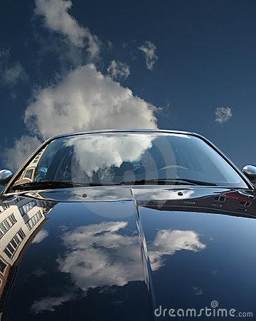 Отражение неба на капоте авто. Фото