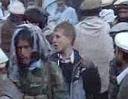 Un frame del video nel quale appare il giovane  occidentale