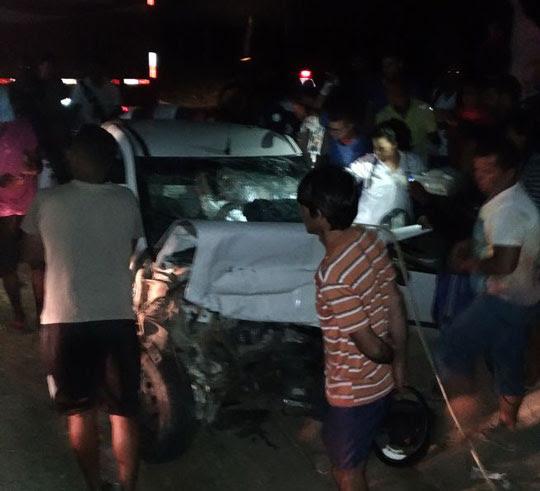 Strada foi rebocada para evitar que também pegasse fogo; motorista ficou preso às ferragens