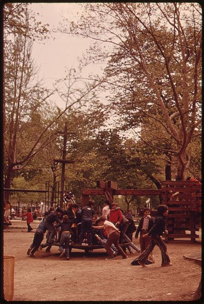 File:BOYS IN WASHINGTON SQUARE PARK, GREENWICH VILLAGE, LOWER MANHATTAN - NARA - 551720.jpg