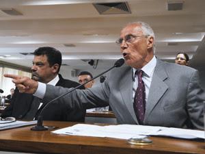 O senador Eduardo Suplicy (PT-SP), durante audiência na Comissão de Direitos Humanos sobre o Pinheirinho (Foto: Geraldo Magela/Agência Senado)